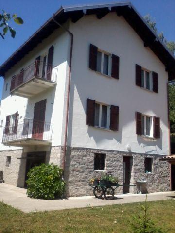 Alture stresa casa indipendente 4 camere con giardino e garage for Piani di casa con garage indipendente