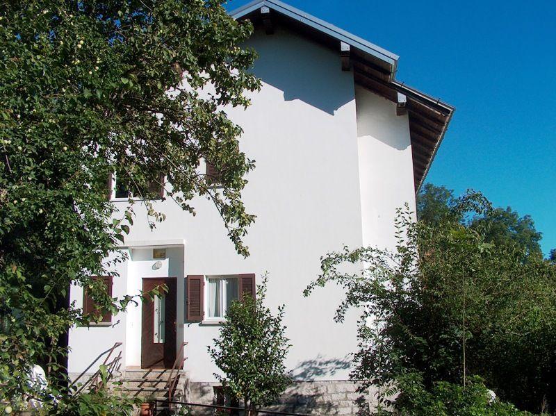 Alture stresa casa indipendente 4 camere con giardino e garage for Case con 4 camere da letto con seminterrato finito in vendita