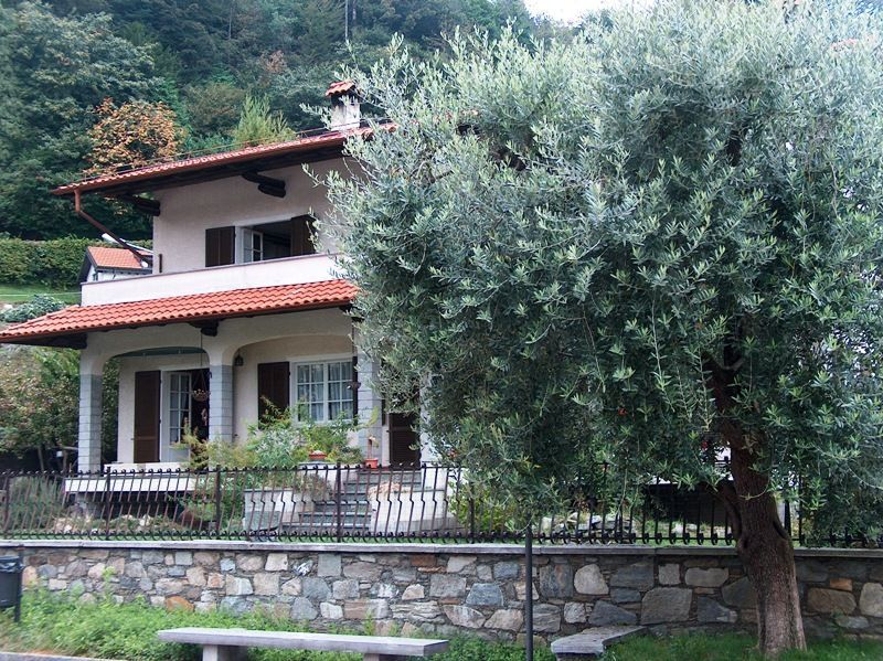 Alture stresa casa 350mq 3 camere con giardino e garage for Piani casa 3 camere da letto e garage doppio