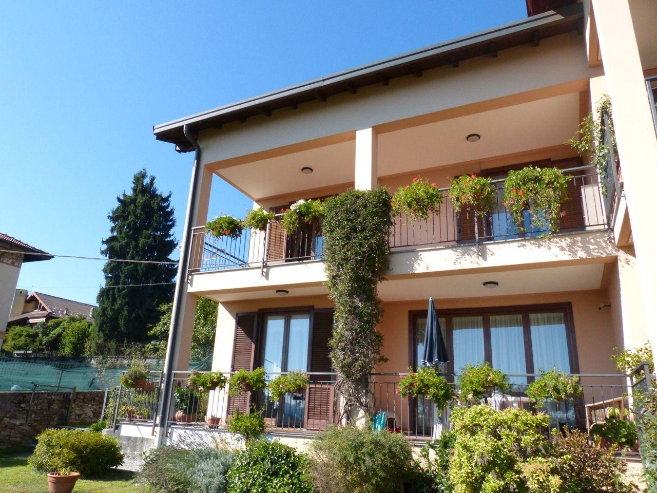 Arizzano casa vista lago 3 camere con giardino e garage for Piani casa 3 camere da letto e garage doppio