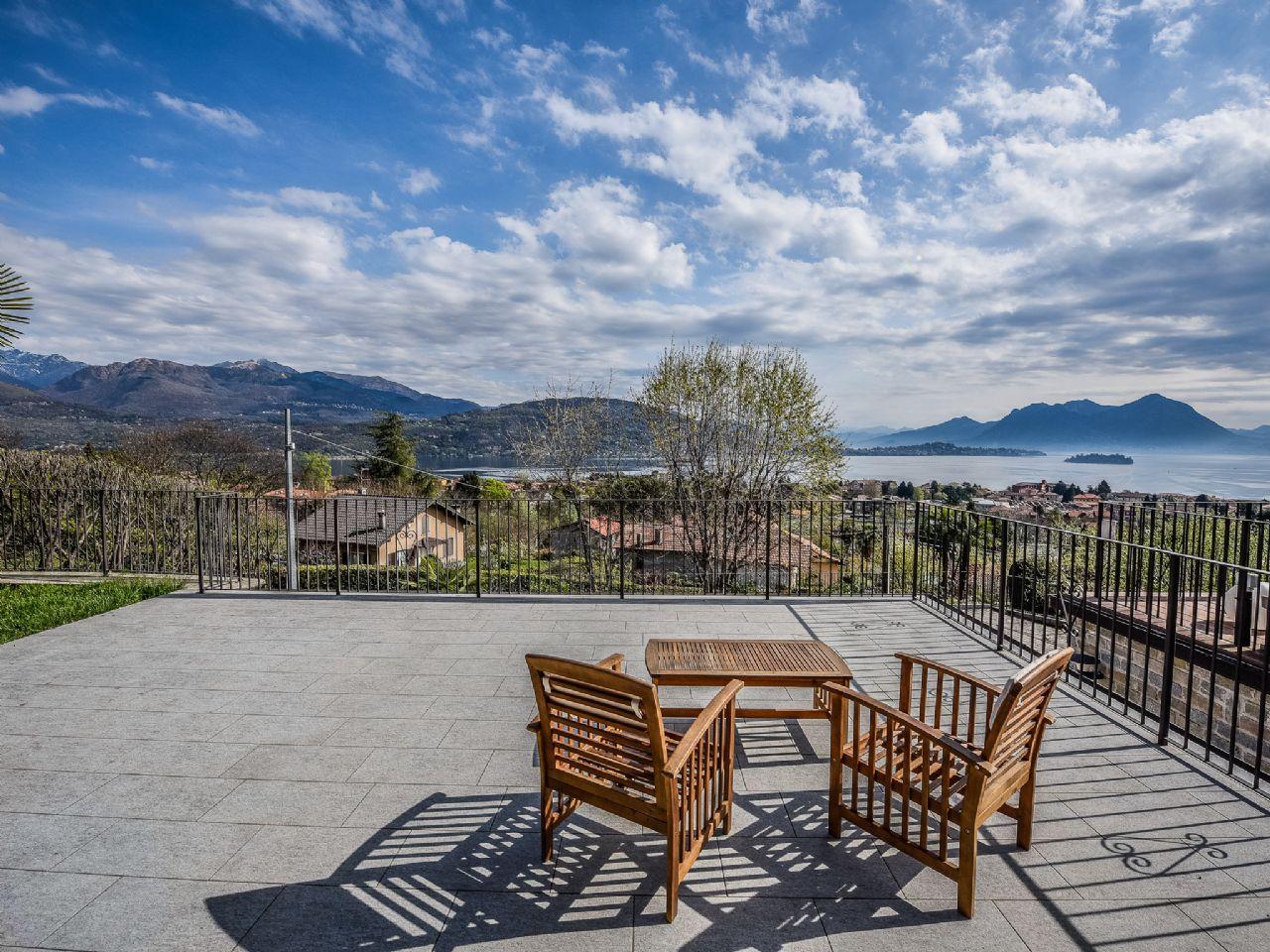 Baveno casa vista lago 250mq 3 camere con giardino e garage for Lago vista
