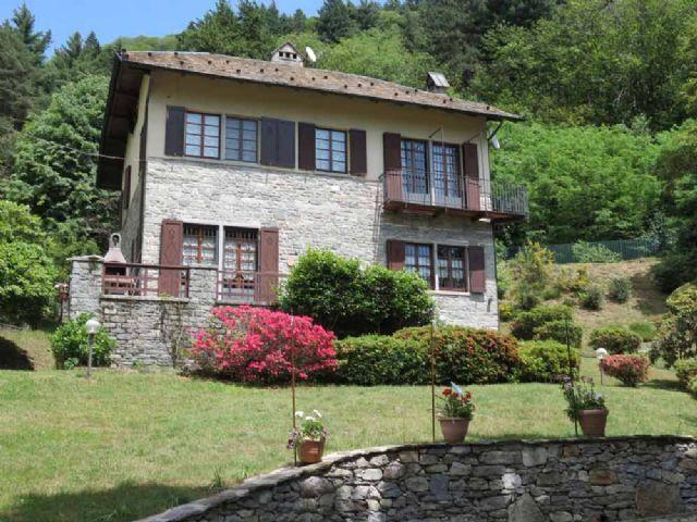 B e casa 270mq 4 camere con giardino e garage for Case con 4 camere da letto con seminterrato finito in vendita
