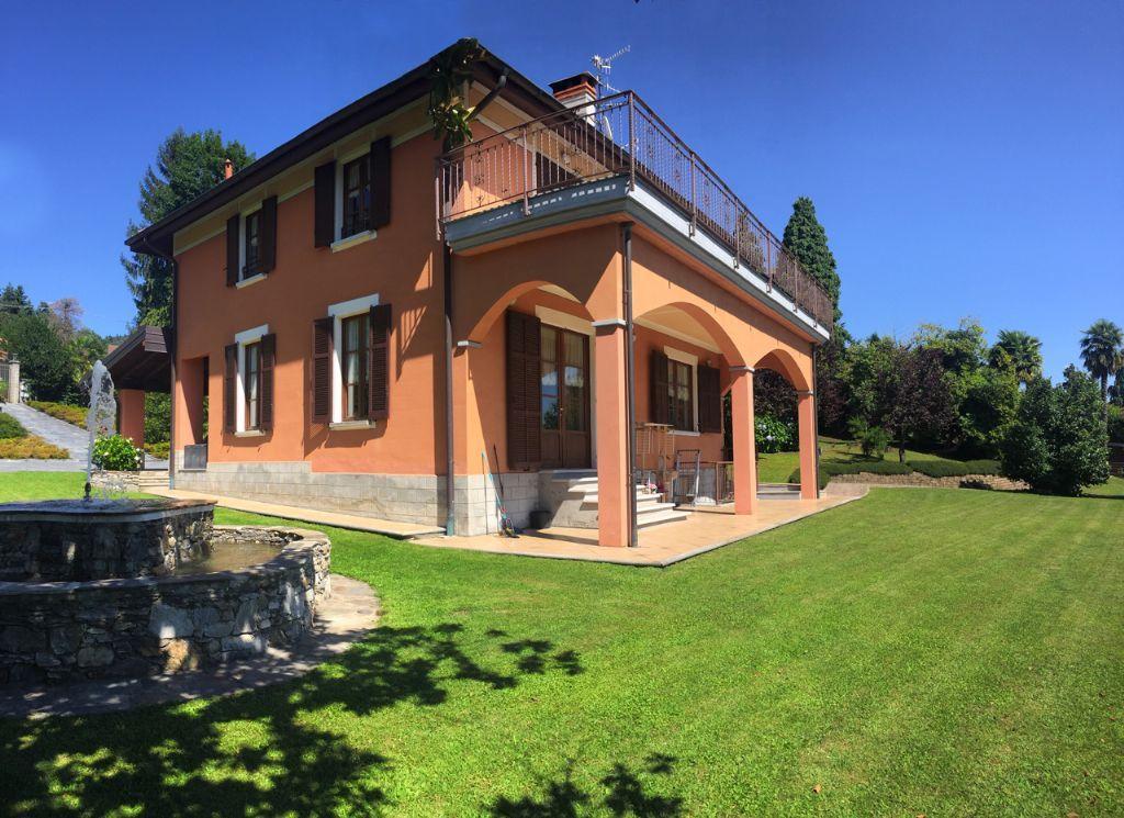 B e villa vista lago 300mq con giardino for Esterno ville foto