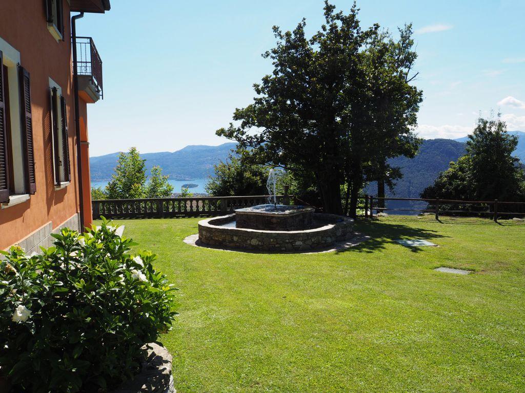 B e villa vista lago 300mq con giardino for Affitti cabina grande lago orso
