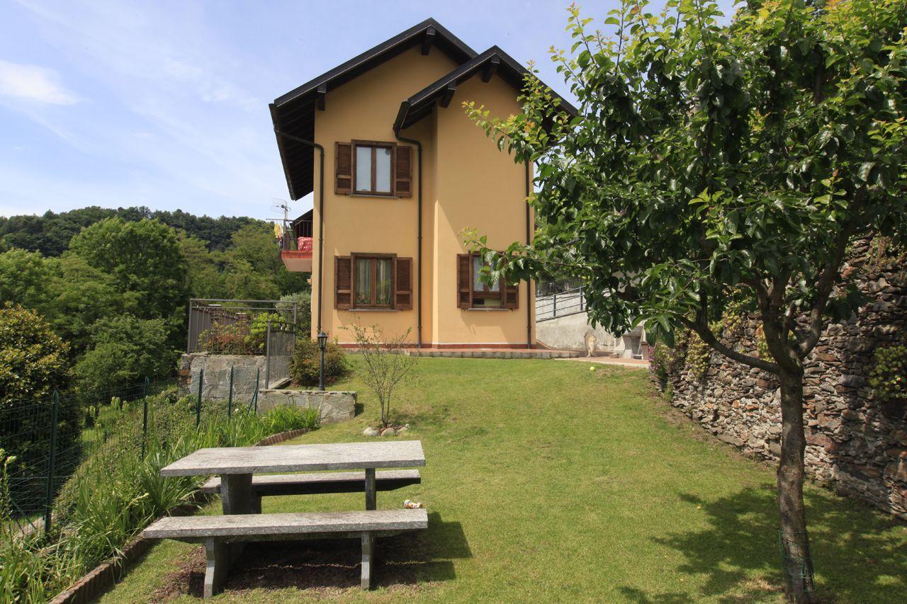 Cossogno casa indipendente 3 camere con giardino e garage for Piani casa 3 camere da letto e garage doppio