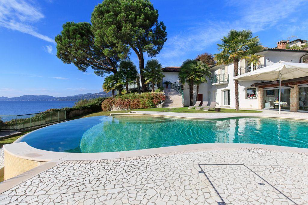 Da angera a leggiuno villa direttamente a lago con piscina for Ville con piscina immagini