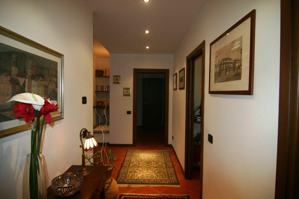 Ghiffa appartamento con garage e balcone aa589 for Garage in metallo con appartamento