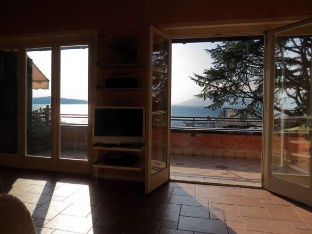 Verbania intra appartamento vista lago con garage aa1632 for Log garage con appartamento