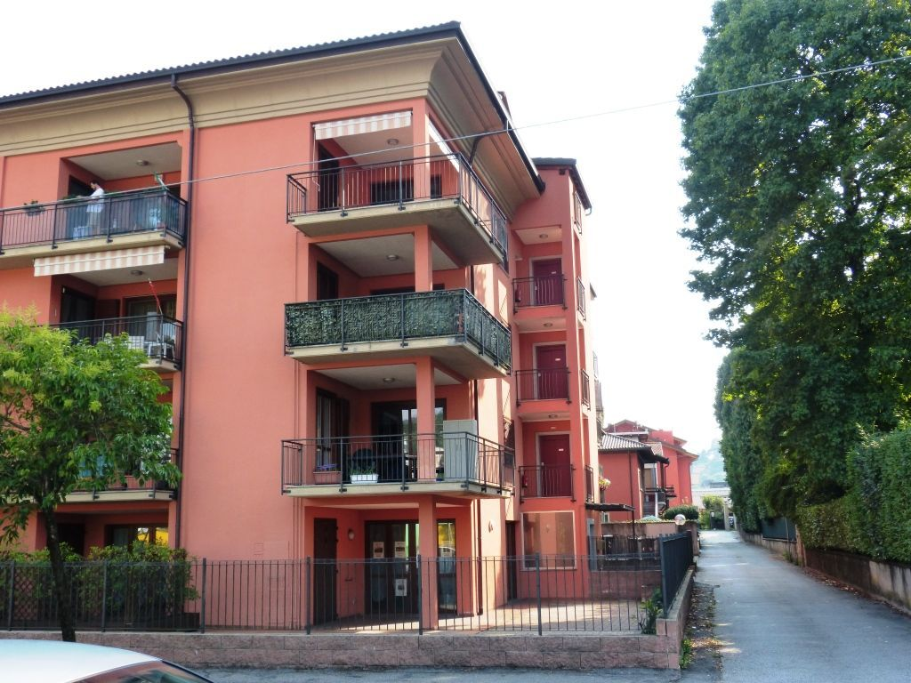 Verbania intra appartamento con garage e terrazzo aa2269 for Garage in metallo con appartamento