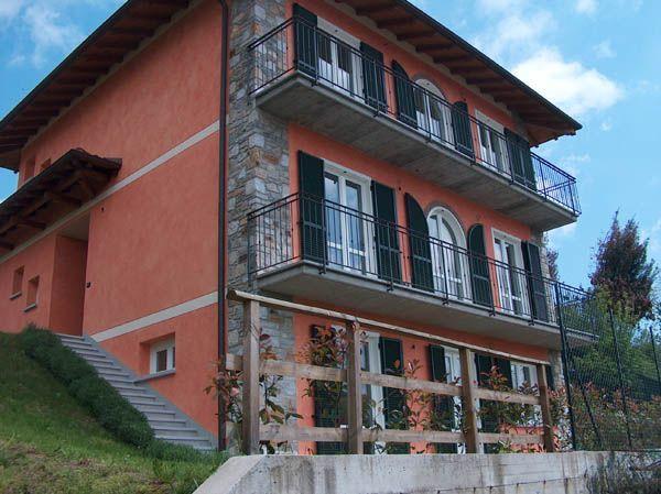 Lago d 39 orta appartamento con garage e giardino ab0082 for Garage in metallo con appartamento