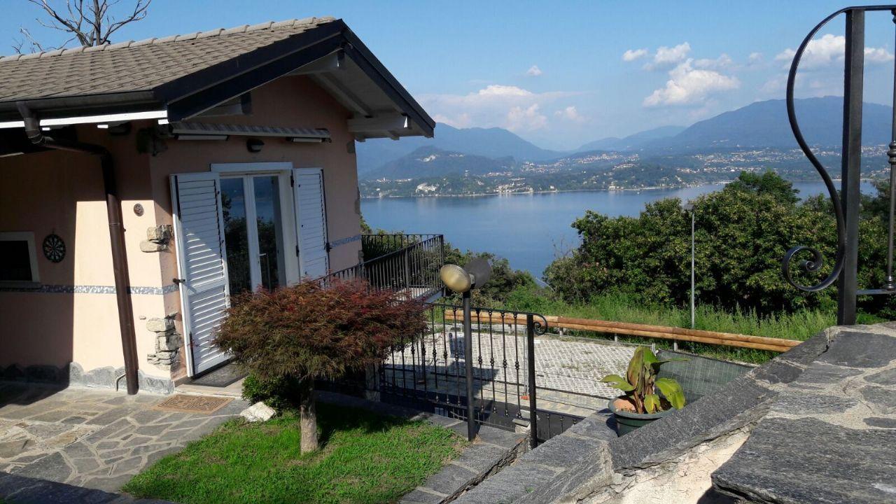 Lesa casa indipendente vista lago 100mq con piscina e garage for Piani del cortile con piscine