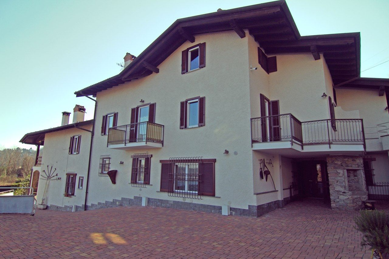 7 bedroom house.  Lake view detached house in Meina 7 bedroom with garden and garage