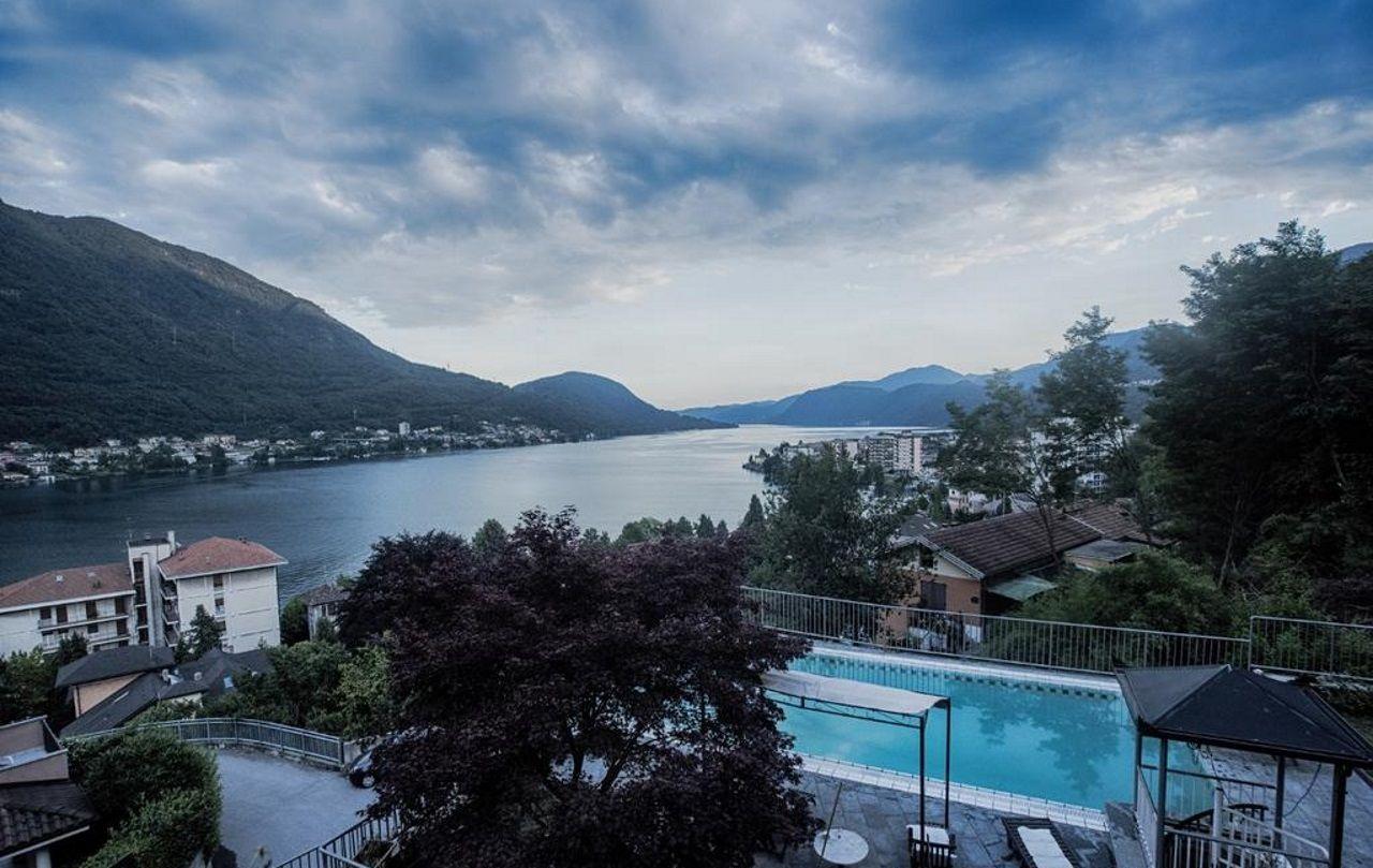 Omegna villa moderna vista lago 510mq con piscina for Villa moderna con piscina