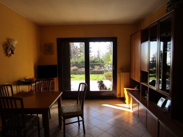 Premeno appartamento con garage e giardino aa1747 for Garage di costruzione in acciaio con appartamento