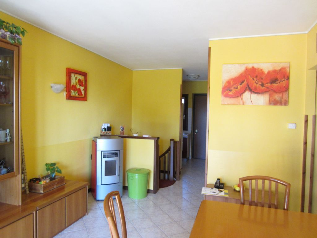 Premeno appartamento con garage e giardino aa1747 for Garage con appartamento in cima