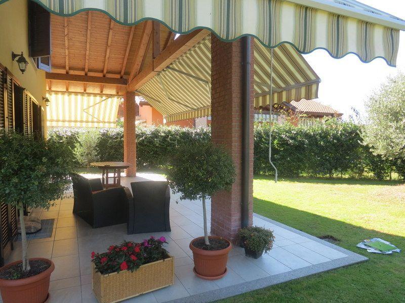 San bernardino verbano casa 4 camere con giardino e garage for Due idee di garage per auto