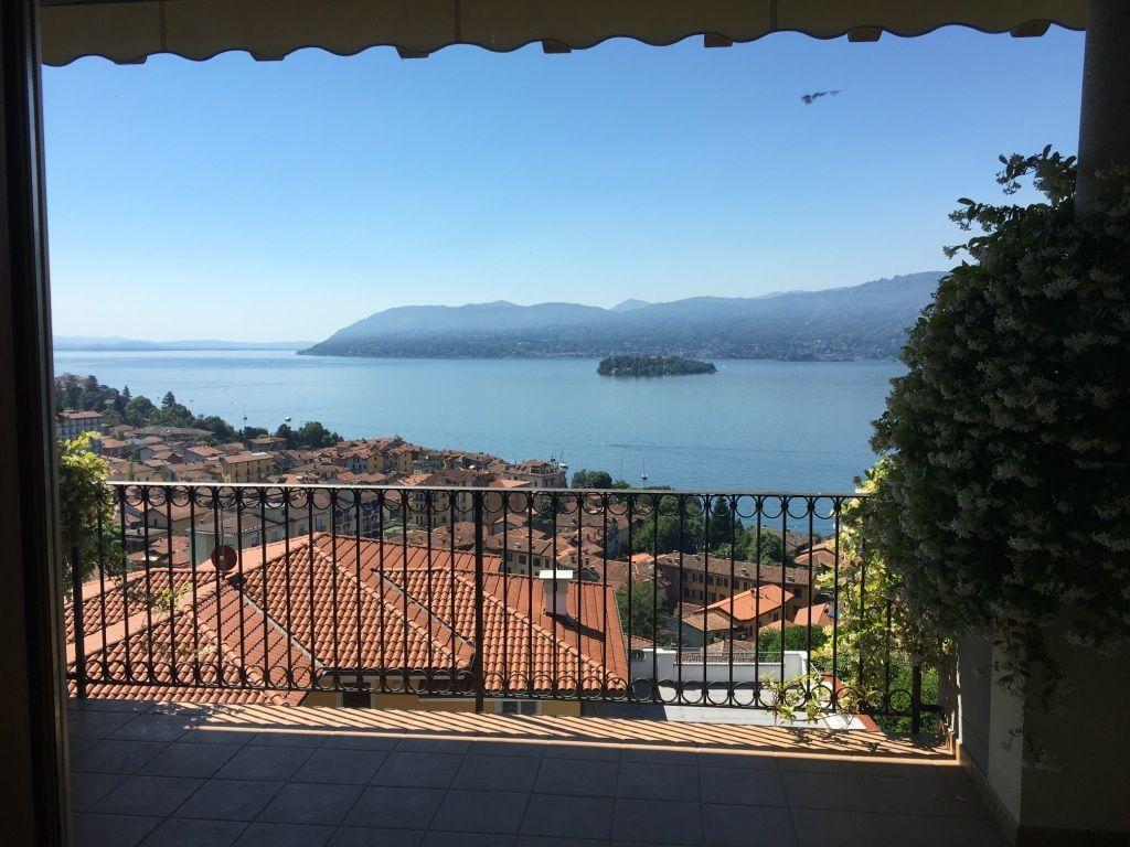 Verbania suna villa vista lago 350mq con giardino for Lago vista