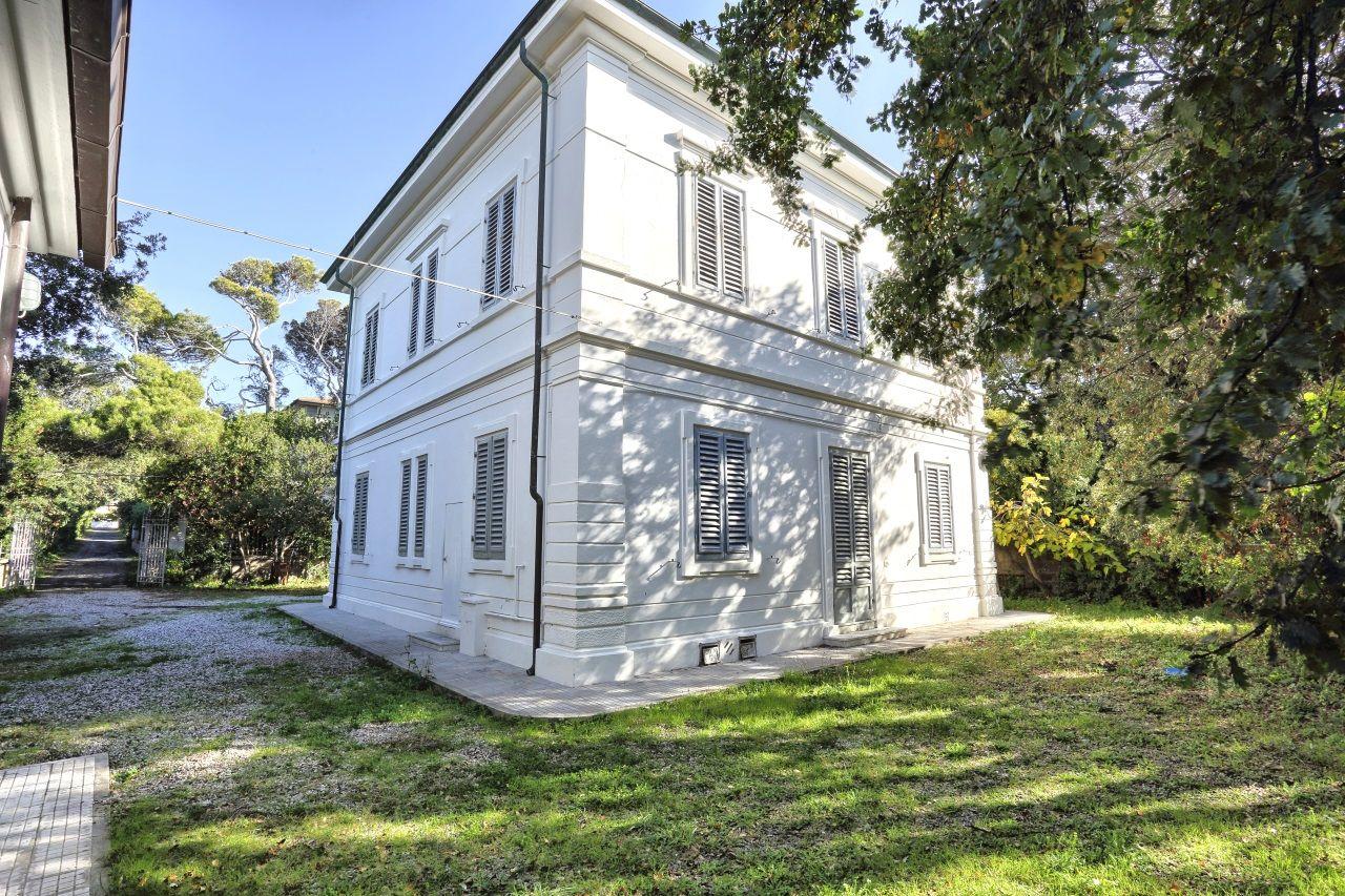 Toscana villa epoca direttamente a mare con giardino case e giardini stresa - Case vendita livorno con giardino ...