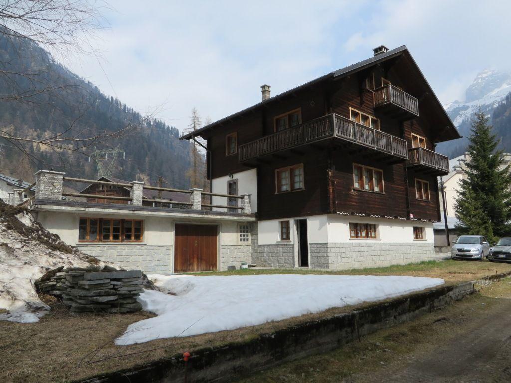 Valle formazza casa 200mq 3 camere con giardino e garage for Piccoli piani di casa con cantina e garage