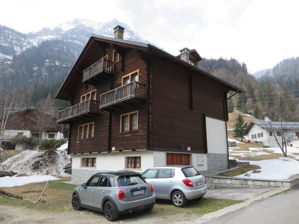 Valle formazza casa 200mq 3 camere con giardino e garage for Casa con 3 camere da letto con garage in vendita