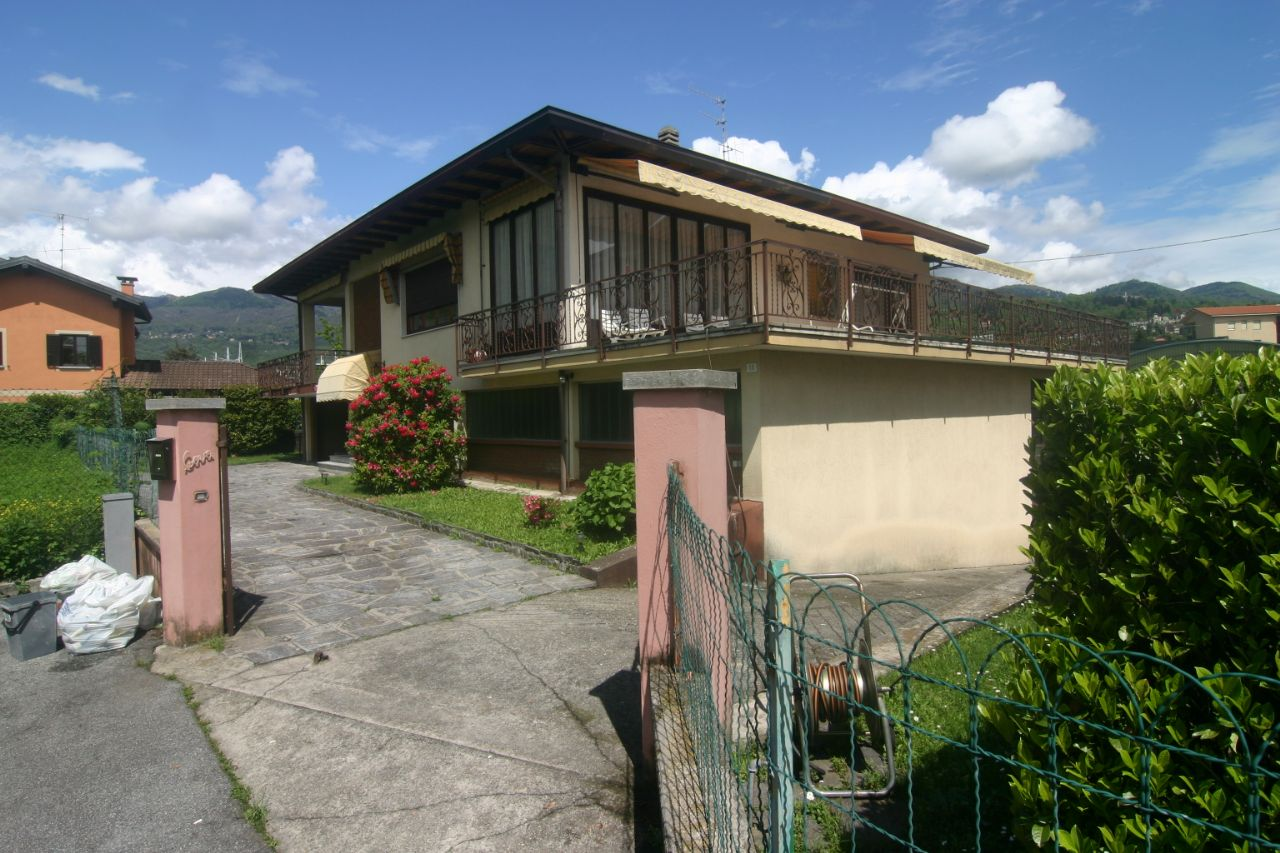 Verbania intra casa indipendente 3 camere con giardino e for Piani casa ranch con 3 box auto