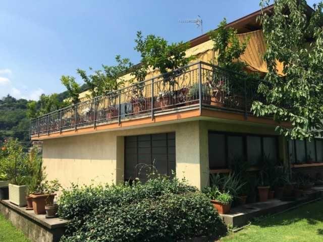 Esterno casa con giardino villa indipendente con piscina e