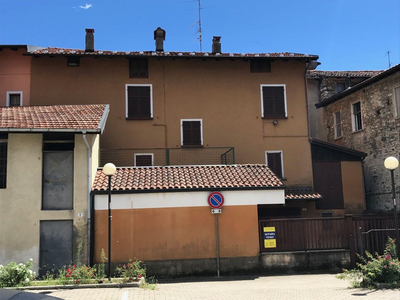 Verbania trobaso casa 200mq con cortile e garage for Casa con cortile centrale